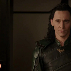 Loki visita a Thor mientras este último se pone un parche.
