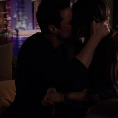 Skye y Ward comparten un beso.