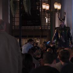 Loki ve a un anciano oponerse a su gobierno.