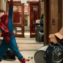 Parker se pone su traje para patrullar Queens.