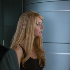 Potts le pregunta a Stark qué pasó con Parker.