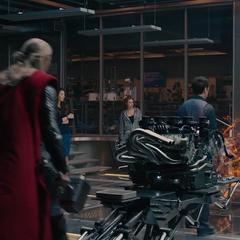 Thor discute con el equipo sobre la creación de Ultrón.