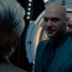 Cross amenaza a Pym con matarlo.
