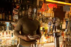 Luke Cage en un bar
