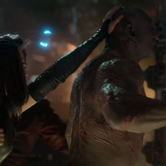 Mantis hace dormir a Drax en Knowhere.