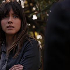 Skye escucha a Raina hablarle de su visión.