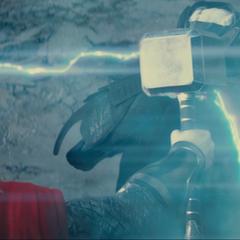 Thor usa el Mjolnir para herir a Malekith.