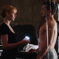 Potts le pregunta a Stark qué hacer con el Reactor.