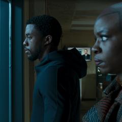 T'Challa escucha el interrogatorio con Okoye.
