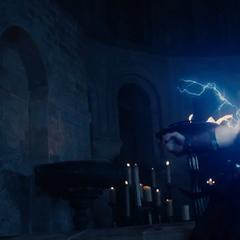 Thor libera rayos de su cuerpo mientras es atormentado.