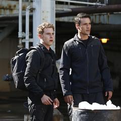 Fitz y Ward ven al Autobús llegar.