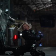 Romanoff confronta a Corvus Glaive.