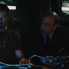 Stark y Yinsen ven la miniatura del Reactor Arc.