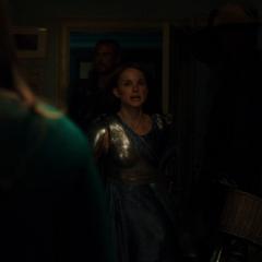 Foster y Thor llegan al apartamento de Lewis.