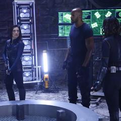 Johnson y el equipo en la cámara del portal.