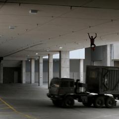 Parker logra escapar de la bóveda.