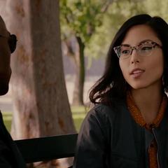 Wilson escucha sobre los superhéroes que conoce la escritora.