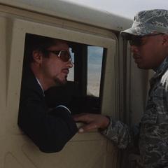 Stark le pide a Rhodes que se suba a otro convoy.
