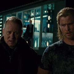 Thor y Selvig dejan la instalación de S.H.I.E.L.D.