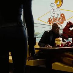 Romanoff llega a la mesa de Stark y Fury.