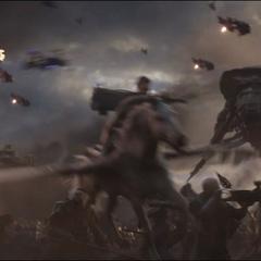 Brunnhilde ataca a las tropas de Thanos.