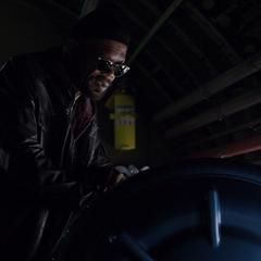 Fury habla con Simmons durante un vuelo.