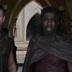 Thor aprende sobre el estado actual de Asgard por Heimdall.
