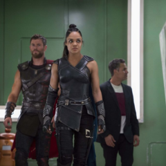 Banner y Thor son llevados por Brunnhilde a su apartamento.
