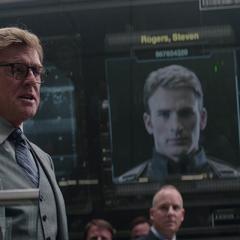 Pierce declara que Rogers es un fugitivo de S.H.I.E.L.D.