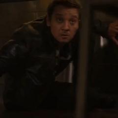 Barton se oculta durante el asalto.