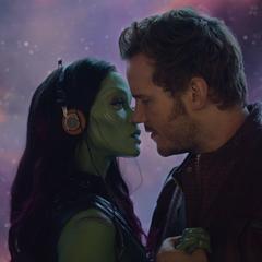 Gamora y Quill a punto de compartir un beso.