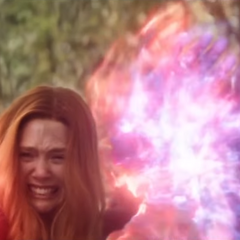Thanos se acerca a Maximoff para detenerla de destruir a Visión.