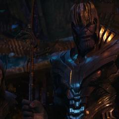 Glaive le presta a Thanos su lanza.