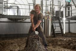 Thor intenta levantar su martillo