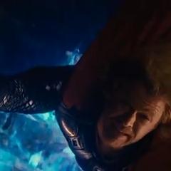 Thor mira a Loki caer hacia el vacío.