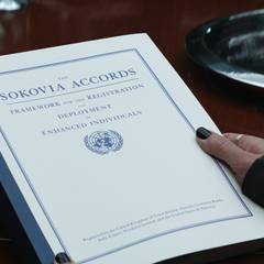 Thaddeus Ross presenta los Acuerdos de Sokovia.