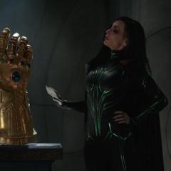 Hela menciona que el Guantelete del Infinito de Asgard es falso.