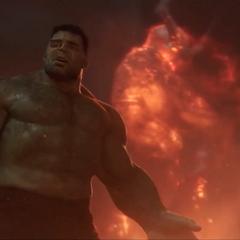 Hulk es detenido por Thor y Brunnhilde.