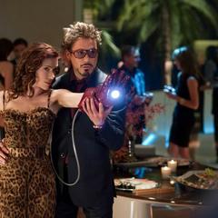 Romanoff utiliza el guante de Iron Man.