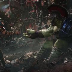 Thor intenta arrullar a Hulk.