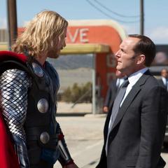 Thor se asocia con Coulson con la condición de que le devuelvan su investigación a Foster.