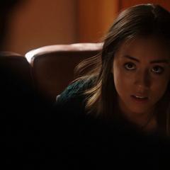 Skye es interrogada por Coulson sobre su relación con Lydon.
