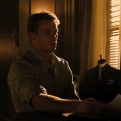 Rogers viendo algunos archivos de sus ex compañeros de guerra.