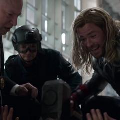 Thor salva la vida de Stark.