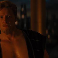 Fandral ve a Loki marcharse enojado.