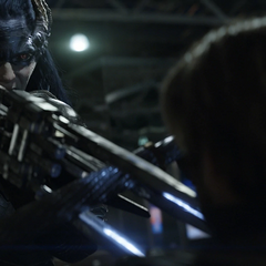 Midnight confronta a Rogers con su lanza.