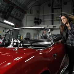 Skye a punto de subirse a Lola con Coulson.