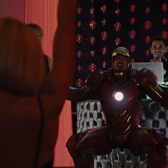 Stark entretiene a sus invitados en la fiesta.