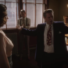 Thompson ve a Dooley regañar a Carter.