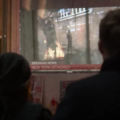 Wanda Maximoff y Visión viendo un reportaje sobre el ataque que hubo en la ciudad de Nueva York.